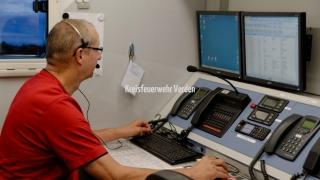 Neben einem Besprechungsraum ist der ELW 2 mit einem Funkraum ausgestattet, in welchem u.a. über vier MRT und zwei 4m-Bandgeräte die gesamte Einsatzstellenkommunikation abgewickelt werden kann.